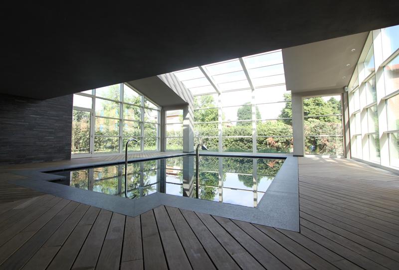 Ampliamento villa con piscina coperta arkiten for Piani lussuosi con piscina coperta